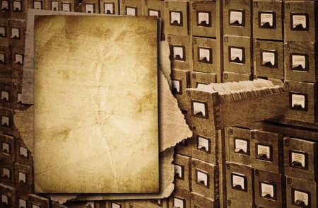 Montón de documentos antiguos sobre fondo de gabinete de archivo