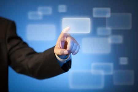 innovativ: Hand drücken abstrakte virtuelle Taste auf dem Touchscreen