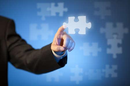 futuristico: Mano d'affari toccando pezzo astratto di puzzle