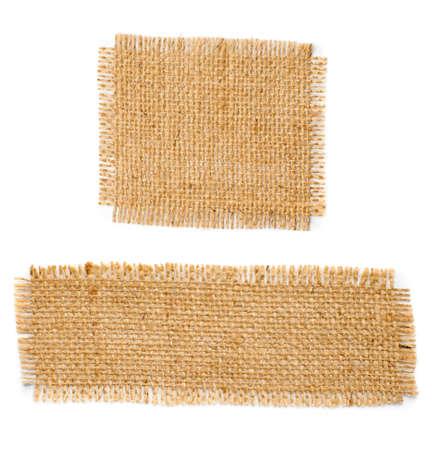 Arpillera de yute cuadrados con los bordes deshilachados aisladas sobre fondo blanco Foto de archivo