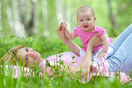 niños sentados: Madre e hija en la primavera de abedul parque