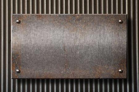 malla metalica: grunge placa de metal oxidado en fondo de rejilla
