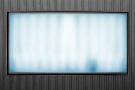 tubos fluorescentes: luminoso cartel publicitario en la pared del metal Foto de archivo