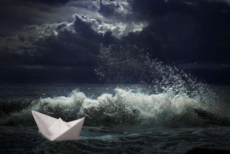 voile bateau: bateau de papier dans le concept temp�te