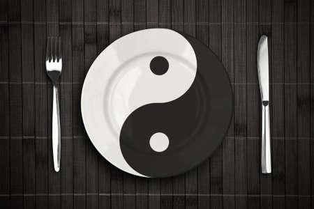 yin y yan: yin yan placa sobre ajuste mantel de bambú con un tenedor y un cuchillo