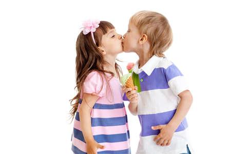 beso: los ni�os y ni�as se besan con helado en las manos aisladas Foto de archivo