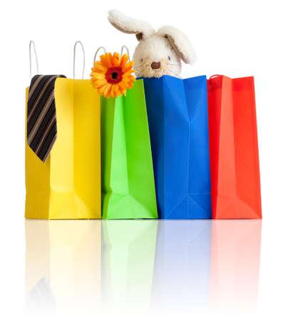 chicas de compras: bolsas de la compra con las compras para la familia en el fondo blanco con la reflexi�n
