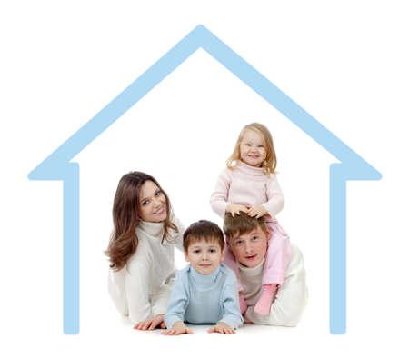 Famille heureuse dans leur concept propre maison