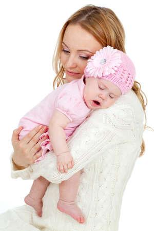 madre y bebe: Feliz madre joven y el bebé durmiendo en su hombro
