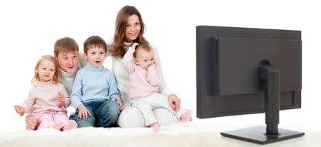 ver tv: familia feliz sentado en el suelo y viendo la televisión o monitor con gran interés Foto de archivo