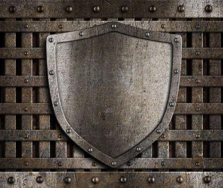 rejas de hierro: escudo de metal envejecido en madera puertas medievales