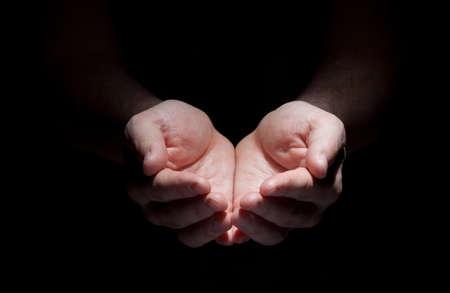 mains: les mains isol�s sur le concept noir