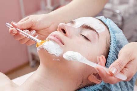 pulizia viso: Bella donna con la pelle chiara ottenere un trattamento di bellezza del suo viso al salone di pelle chiara