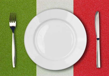 bandera de italia: Placa blanca, cuchillo y tenedor en la mesa de la vista superior del pabellón italiano de plástico Foto de archivo