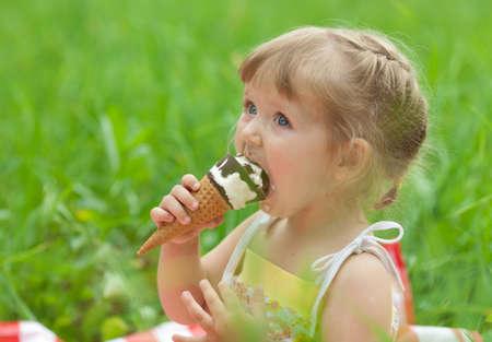 little girl eating ice cream outdoor Standard-Bild