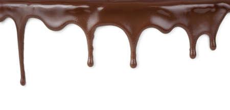pastel de chocolate: flujos de chocolate aisladas sobre fondo blanco
