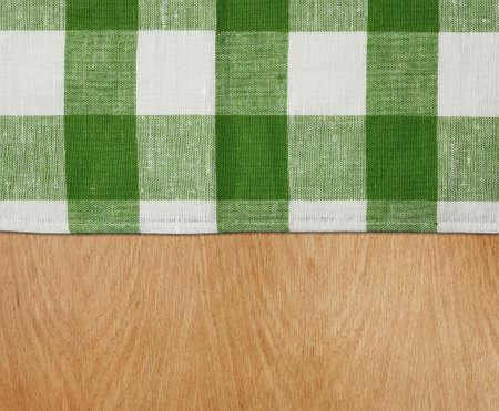 trompo de madera: mesa de la cocina de madera con el verde mantel gingham