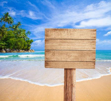 letreros: Letrero de madera en la playa tropical