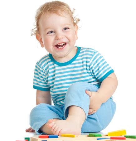 enfant qui joue: enfant heureux de jouer isol� sur blanc Banque d'images