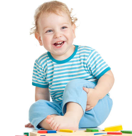juguetes de madera: ni�o feliz jugando aislados en blanco