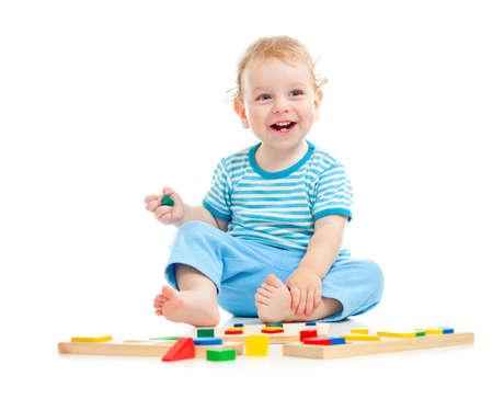 juguetes de madera: ni�o feliz jugando juguetes Foto de archivo