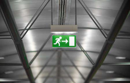 evacuacion: emergencia verde señal de salida en edificios públicos Foto de archivo