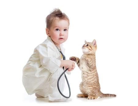 veterinario: médico niño o niña jugando con el estetoscopio y el gato aislado en blanco