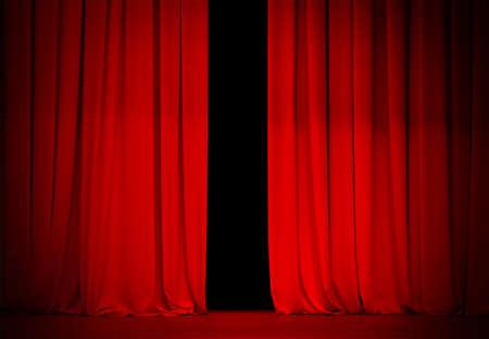 telon de teatro: rojo telón en el escenario de teatro o cine ligeramente abierta Foto de archivo
