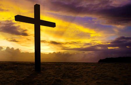 simbolos religiosos: Cruz cristiana en la puesta del sol de fondo Foto de archivo