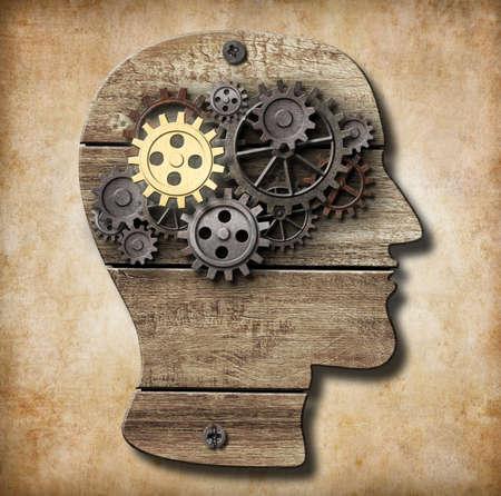 psicologia: Cerebro modelo hecho con engranajes de metal oxidada y oro un Foto de archivo