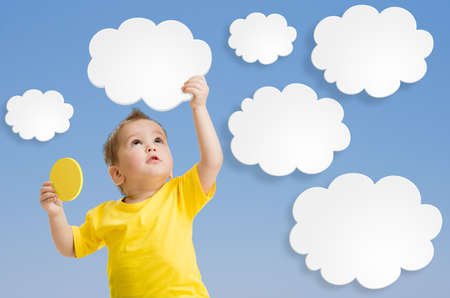 jardin infantil: Kid ni�o o mantener nube y el sol en sus manos