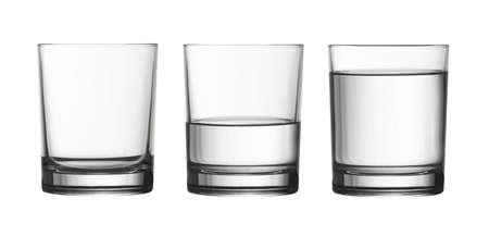 copa de agua: bajo vacío, medio lleno de cristal y agua aislado en blanco con trazado de recorte incluidos Foto de archivo
