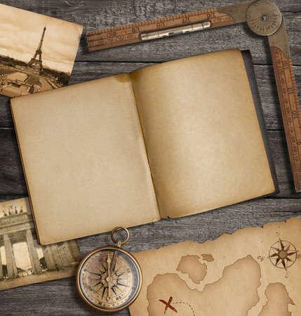 carte tr�sor: Voir tout l'agenda � toit ouvert avec vieille carte au tr�sor et une boussole