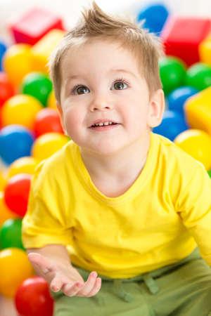 juguetes: Lindo chico o ni�o que juega bolas de colores vista desde arriba