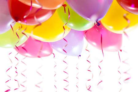 globos de cumpleaños: globos con serpentinas para la celebración de la fiesta de cumpleaños