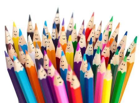 tužka: Barevné tužky jako usmívající se tváře lidí izolovaný. Síťové komunikační koncept sociální. Reklamní fotografie