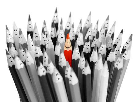 Een heldere kleur lachende potlood onder stelletje grijze trieste potloden Stockfoto