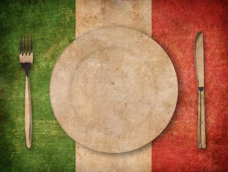 瀬戸物: 皿、フォーク、グランジ イタリア国旗上にナイフ