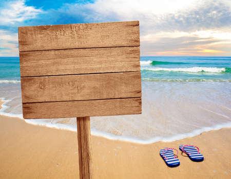 mare agitato: segno di legno sulla spiaggia Archivio Fotografico