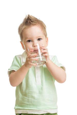 ni�os rubios: Beb� bebiendo agua de vidrio Foto de archivo