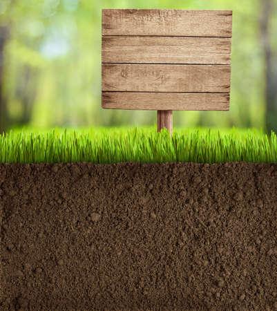bodem gesneden in de tuin met houten bord