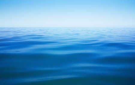 水平線と海または海や湖の水面