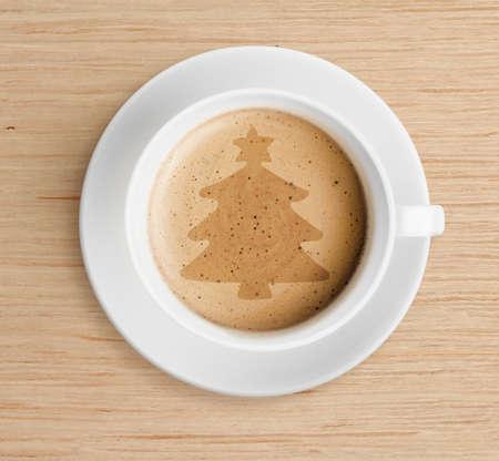 arbol de cafe: taza de caf� con forma de �rbol de Navidad en la espuma Foto de archivo