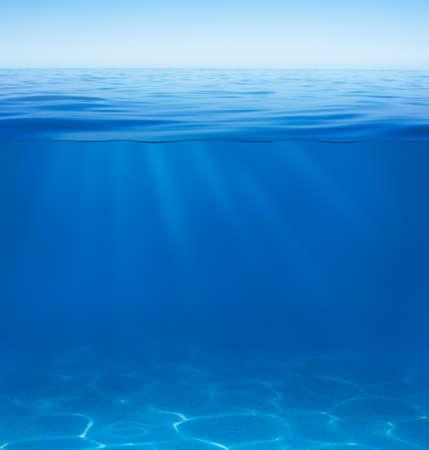 seabed: superficie di acqua di mare o oceano con split sott'acqua da linea di galleggiamento Archivio Fotografico