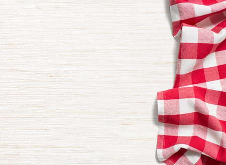 빨간색은 표백 나무 테이블 위에 식탁보를 접어