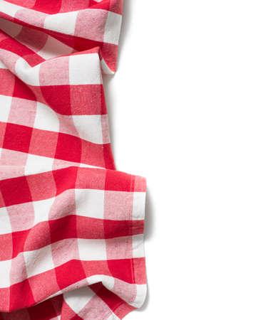 rode gevouwen tafelkleed op wit wordt geïsoleerd
