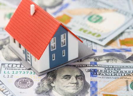 cashflow: Peque�a casa sobre billetes de d�lares. Concepto de hipoteca.