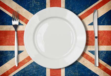 bandera reino unido: Plato, tenedor y cuchillo en grunge bandera del Reino Unido Foto de archivo