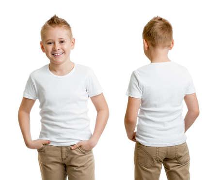 красивый модель ребенком мальчик в белой футболке или футболка спереди и сзади изолированные