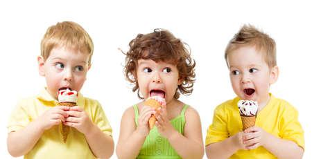 eating ice cream: muchachos ni�os divertidos y una ni�a comiendo un helado de cono aislado en blanco Foto de archivo